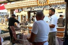 Fisher mężczyzna sprzedaje ryba piec na grillu Zdjęcie Stock