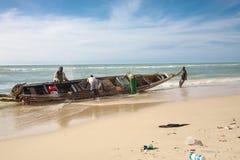Fisher mężczyzna w akci na plaży saint louis Zdjęcie Royalty Free