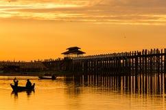 Fisher man på den Ubein bron på solnedgången, Mandalay, Myanmar Arkivfoto