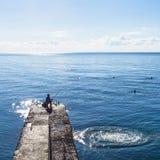Fisher na mola i dopłynięcia turystach w Czarnym morzu Obrazy Stock