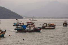 Fisher łodzie w Ubatuba, Brazylia Fotografia Royalty Free