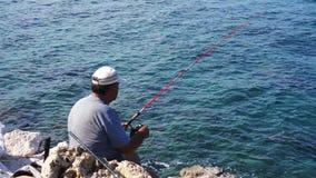 Fisher sur la mer Jour ensoleill? de mer banque de vidéos
