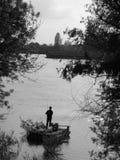 Fisher sur le fleuve Photographie stock