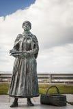 Fisher Wife Bronze Statue bei Nairn in Schottland stockfoto