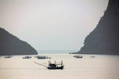 Fisherboat och branta öar Royaltyfri Bild