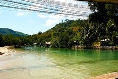 Fisherhut pobliska zielona rzeka w Pięknej krajobrazowej Patong plaży niebo pogodny przy latem, sławni przyciągania w Phuket wysp zdjęcia stock