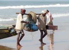 Fishermaen con i pesci e le reti fotografia stock libera da diritti