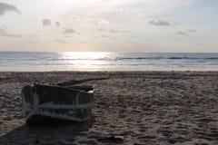 Fisherman& x27; 在海滩的s小船 免版税库存照片