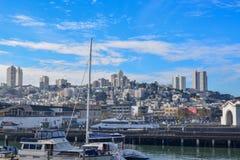 Fisherman'的旧金山港口;s码头区在一好日子 库存图片