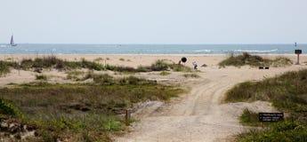Fisherman& x27; caminho arenoso de s à praia fotografia de stock