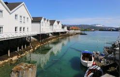 Fisherman& x27; s cabines in Bronnoysund, Noorwegen stock afbeeldingen