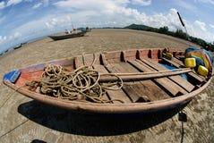 fishermanboat för strand 0n Royaltyfria Foton