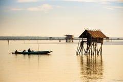 Fishermans плавают его шлюпка Стоковое Изображение RF
