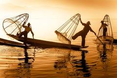 Fishermans birmani sulle barche di bambù che pescano pesce Lago Inle, Myanmar (Birmania) Fotografia Stock Libera da Diritti