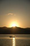 Fishermans Boot im sunup lizenzfreies stockfoto
