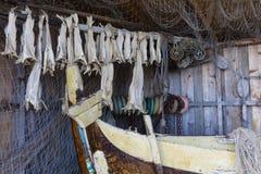 Fishermans chałupa pełno sieci, sztokfisz i inny wyposażenie, Obrazy Stock