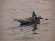 Fishermans che mette le reti da pesca stock footage