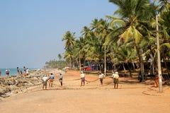 Fishermans, das ein Wadenetz vom Indischen Ozean auf Adayam-Strand zieht lizenzfreie stockfotos