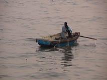 Fishermans die visnetten zetten stock footage
