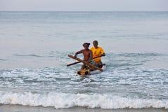 Fishermans en el barco de madera tradicional Foto de archivo libre de regalías