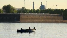 Fishermans en el río Neva delante de la fortaleza de Piter y de Paul metrajes