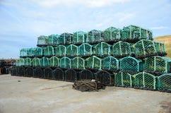Fishermans-Hummertöpfe an auf der Dockseite Stockfotos