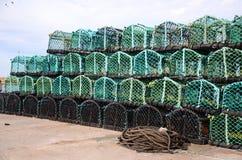 Fishermans-Hummertöpfe an auf der Dockseite Stockbild