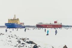 Fishermans na lodzie Obsługuje połów na lodzie na zatoce na Finlandia blisko Kronshtadt, święty Petersburg, Rosja, 03 2018 Luty Obraz Royalty Free