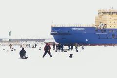 Fishermans på is Mans fiske på is på golf på Finland nära Kronshtadt, St Petersburg, Ryssland, 03 Februari 2018 Arkivbild