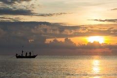 Fishermans sta funzionando nell'alba Immagini Stock Libere da Diritti
