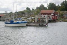 Fishermansbotenhuis en boot met pijler Stock Fotografie
