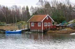 Fishermansbotenhuis en boot met pijler Stock Foto's
