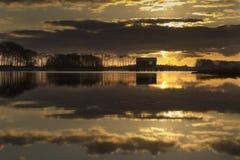 Fishermansplattelandshuisje op de kreek van DE Vogel in Hengstdijk, Hulst-gemeente, Zeeuws Vlaanderen, Zeeland, Nederland royalty-vrije stock foto