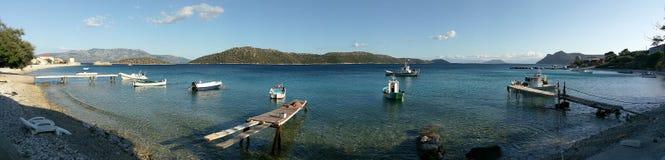 Fishermen' 与小船的s海湾在卡拉莫斯岛,希腊 免版税库存图片