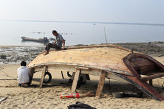 Fishermen manufacture wooden fishing boat Royalty Free Stock Photography