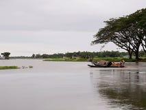 Fishermen& x27; s som f?ngar fisken i floden arkivbilder