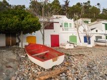 Fishermens房子,在海滩的渔船, Cala s ` Alguer, Palamos,肋前缘Brava,西班牙 免版税库存照片