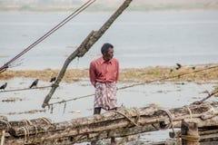 fishermens, die am frühen Morgen in ihren hölzernen Booten fischen Stockbilder