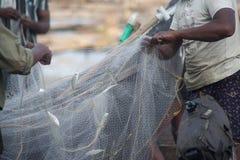 fishermens, die am frühen Morgen in ihren hölzernen Booten fischen Stockbild