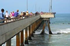 Fishernen försök deras lycka på den Venedig strandpir, Los Angeles. Arkivfoto
