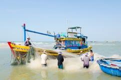 Fishers vietnamianos no trabalho imagens de stock