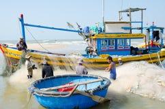 Fishers vietnamianos no trabalho fotos de stock