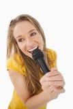 Fisheye视图白肤金发女孩唱歌 库存照片