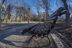 Fisheye 180 άποψη ενός ξύλινου πάγκου στο πάρκο Retiro στη Μαδρίτη Στοκ φωτογραφίες με δικαίωμα ελεύθερης χρήσης