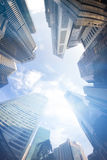 现代大厦Fisheye视图  到达天空的企业概念金黄回归键所有权 库存图片