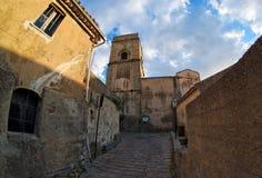 Fisheye Ansicht der mittelalterlichen Straße in Savoca, Italien lizenzfreies stockbild