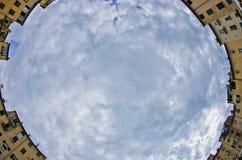 Fisheye-Ansicht eines Hauptplatz Marktplatzes Amfiteatro in Lucca, Toskana lizenzfreies stockbild