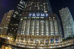 Fisheye di Chicago della torre di Trump alla notte Fotografia Stock