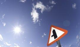 Fisheye foto av ett vägmärke med solen Royaltyfri Bild