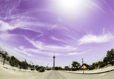 Fisheye himmel och stad Arkivfoto